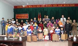 Hình ảnh Cán bộ nhân viên Tập Đoàn Xây Dựng Miền Trung đi thăm hỏi người nghèo