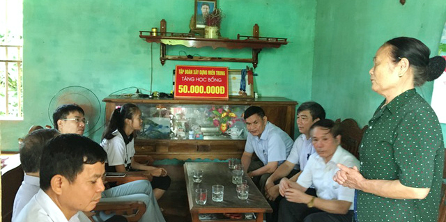 Tập đoàn Xây dựng Miền Trung đến thăm và trao tặng học bổng cho Học sinh đạt kết quả cao trong kì thi THPT quốc gia
