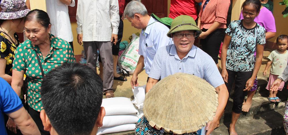 Tập đoàn Xây dựng Miền Trung chia khó với người dân vùng lũ lụt